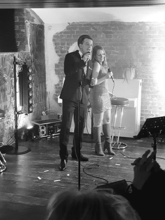 Die besondere Versuchung auf swingende Art: Eine Show der Extraklasse mit den beliebten Songs von Frank Sinatra - sowie nach Wunsch - mit Nancy Sinatra